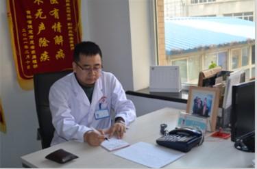 孙金奎在记录、分析患者病情.jpg